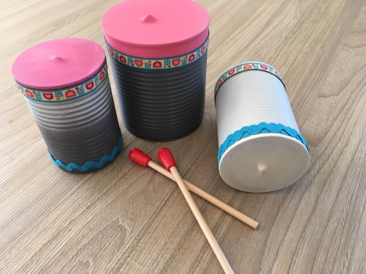 diy musik machen mit alten dosen bunte trommeln selbst bauen. Black Bedroom Furniture Sets. Home Design Ideas